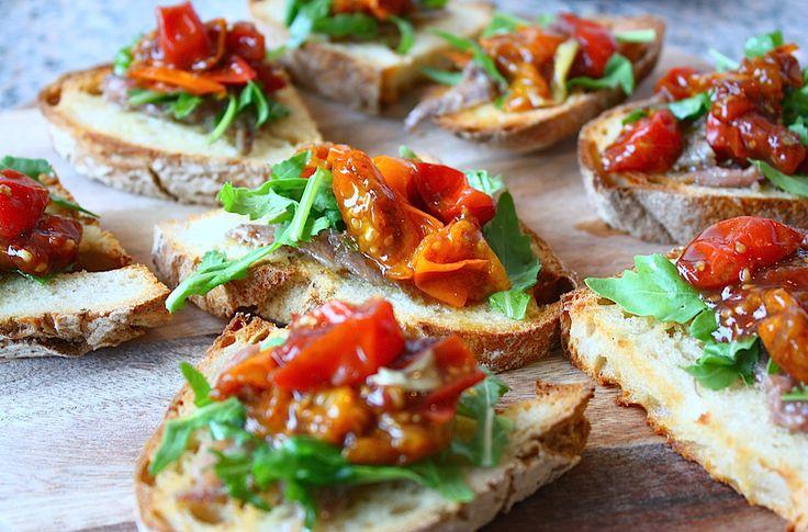 Bruschetta met ansjovis, rucola en balsamico tomaatjes - Francesca Kookt