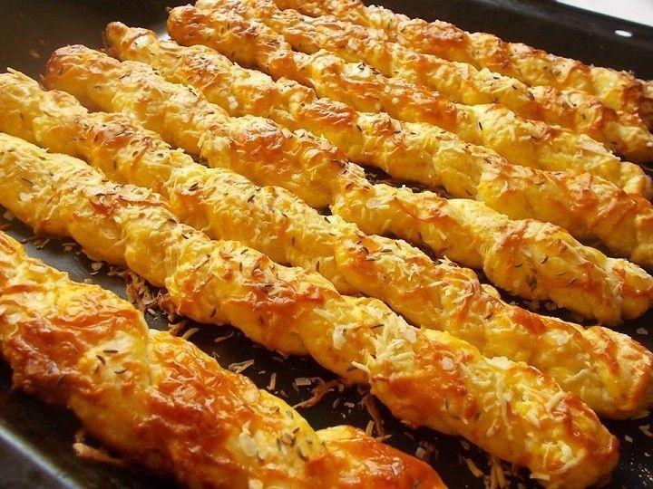 mai süti : csavart -sajtos Recept : 30 dk liszt,25 rama,1 tojás és egy sárgája.só,sajt. 25 dk túró és egy sütőpor. + 1 tojás a...