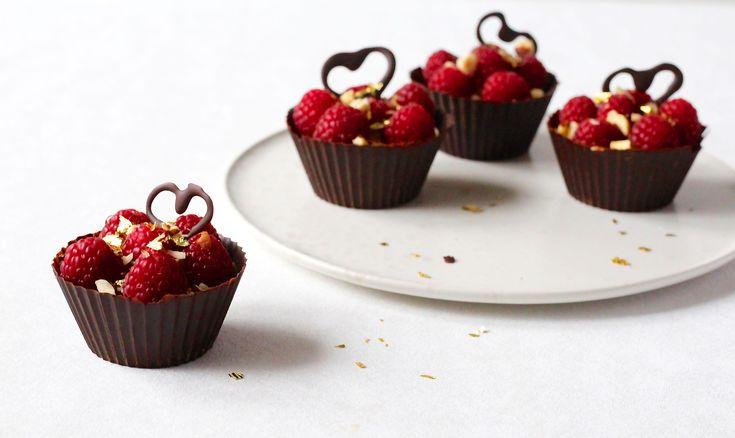 Disse fine chokoladeskaller med fyld af chokolademousse og hindbær ser måske lidt avancerede ud, men de er vildt nemme at lave. Prøv dem selv!