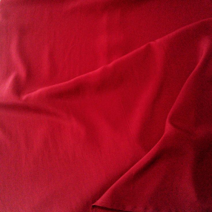Tessuto di Seta rosso passione, Made in Italy, Como. Il tessuto scelto da 46inpoi le camicie donna taglie morbide è di alta qualità. #rosso #red #seta #silk #como #italia #italy