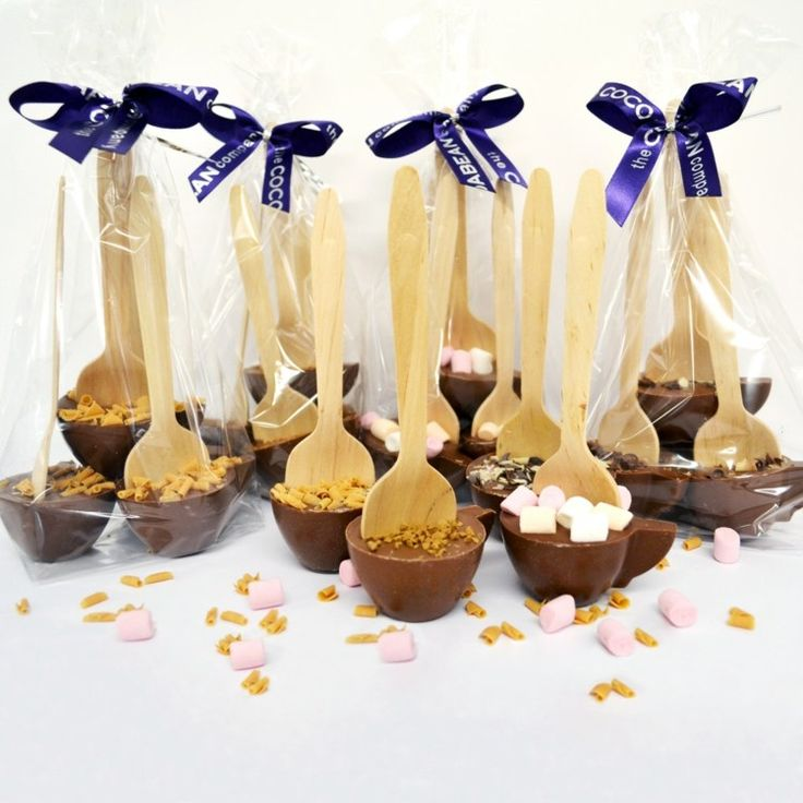 sucette au chocolat saupoudrée de guimauves et chocolat râpé et emballée avec une cuillère en bois en tant que cadeau de Noël