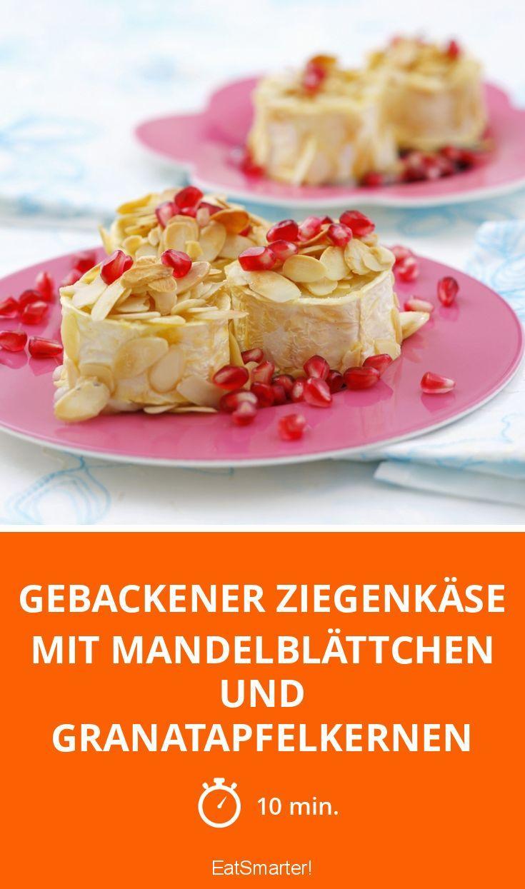 Gebackener Ziegenkäse mit Mandelblättchen und Granatapfelkernen