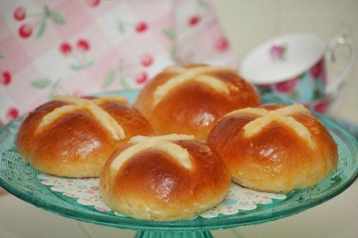 Los Hot Cross Buns son unos panecillos típicos de la Pascua en Reino Unido. ¿No los conocías? Pruébalos preparando la receta de este post.