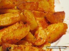 Pokud ochutnáte tyto pečené brambory, jiné už připravovat nebudete. Na začátku se vám bude zdát kombinace koření ne příliš příjemná, ale zdání klame. 2 kg brambory 2 PL kukuřičná mouka 2 PL kukuřičná krupice 1 PL vegeta 1 PL sladká ml paprika špetka sůl kurkuma, kari koření, oregano dle chuti 2 PL olej Brambory očistíme, nakrájíme na čtvrtiny. Promíchané koření přidáme do brambor, přidáme olej (můžete přidat i více) a promícháme. Pečeme ve vyhřáté troubě při teplotě 200° do zlata