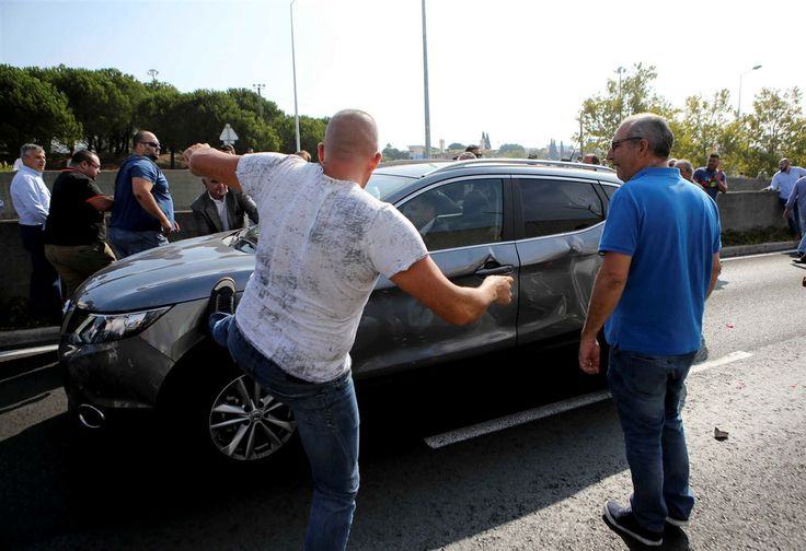 Portuguese taxi drivers attacking an Uber driver during protests against TNCs.