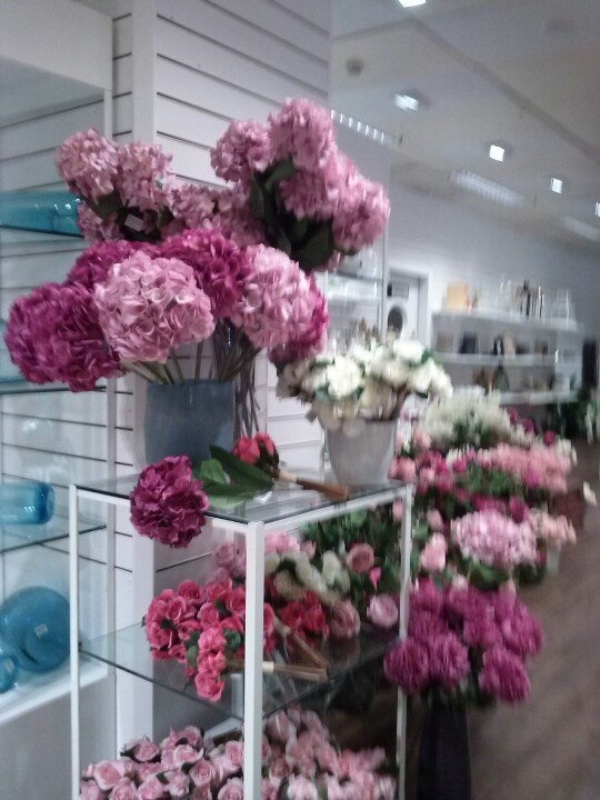 Flores de tela lucen en los grandes almacenes