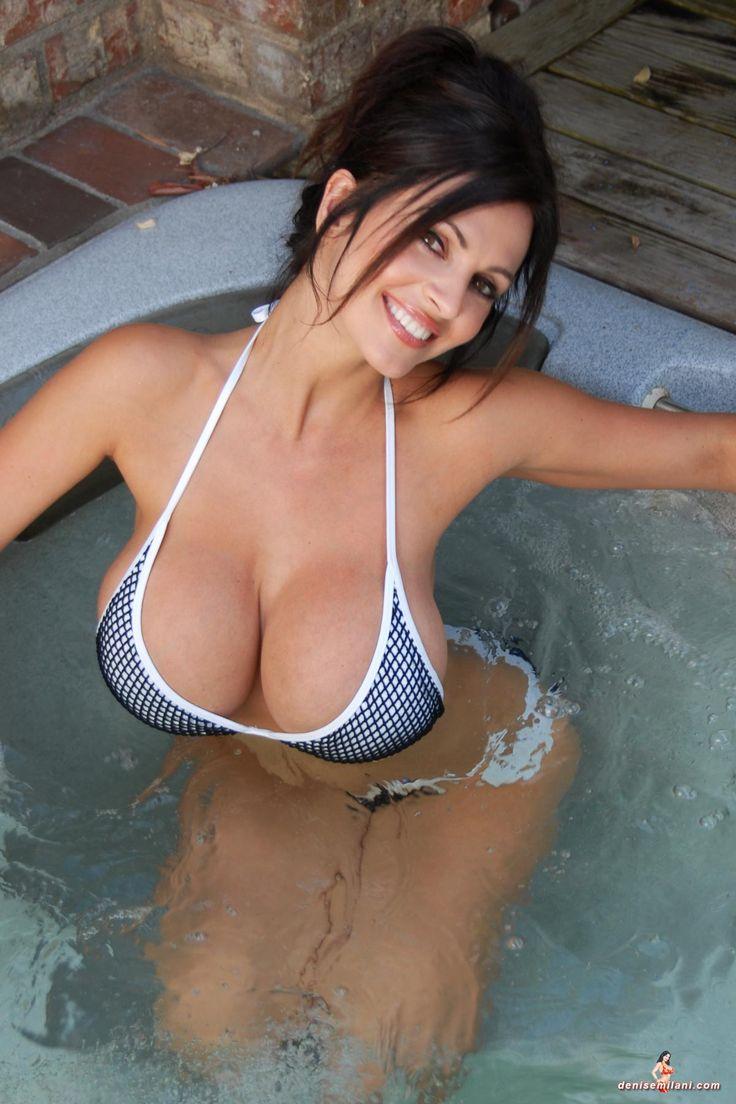 Большая красивая грудь в душе отпад