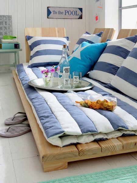 Rayas y palés para un sofá navy. Foto: de Car Möbel