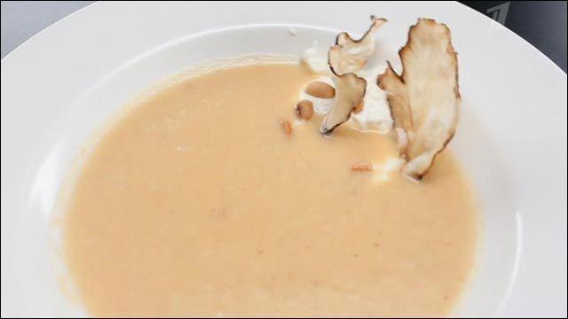 """Крем-суп из корня пастернака  Корень пастернака – 500 г, корень сельдерея – 170 г, печеный картофель – 1 шт., арахисовое масло - 3 ст. л., лук – 1 шт., перец чили – 1 шт., сливки 33% - 150 мл, соль, белый молотый перец, порошок карри, сыр """"Фета"""" – 150 г, натуральный йогурт – 150 г, арахис – 15 г, чипсы из топинамбура – 20 г, чипсы из репы – 20 г, куриный бульон."""
