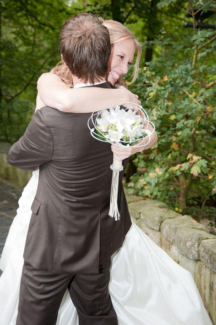 Bruidspaar omhelzen elkaar bij kasteel van Doornroosje in de Efteling - www.jebruidsfotograaf.nl