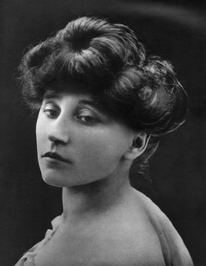 Colette Willy, artiste de music-hall (1906-1913)- 1906: Colette fait ses débuts publics sur scène dans le mimodrame L'Amour, le Désir et la Chimère. Elle se sépare de Willy et s'installe au 44 rue de Villejust, mais on la trouve le plus souvent rue Georges-Ville, chez Missy à qui elle accorde désormais ses faveurs.