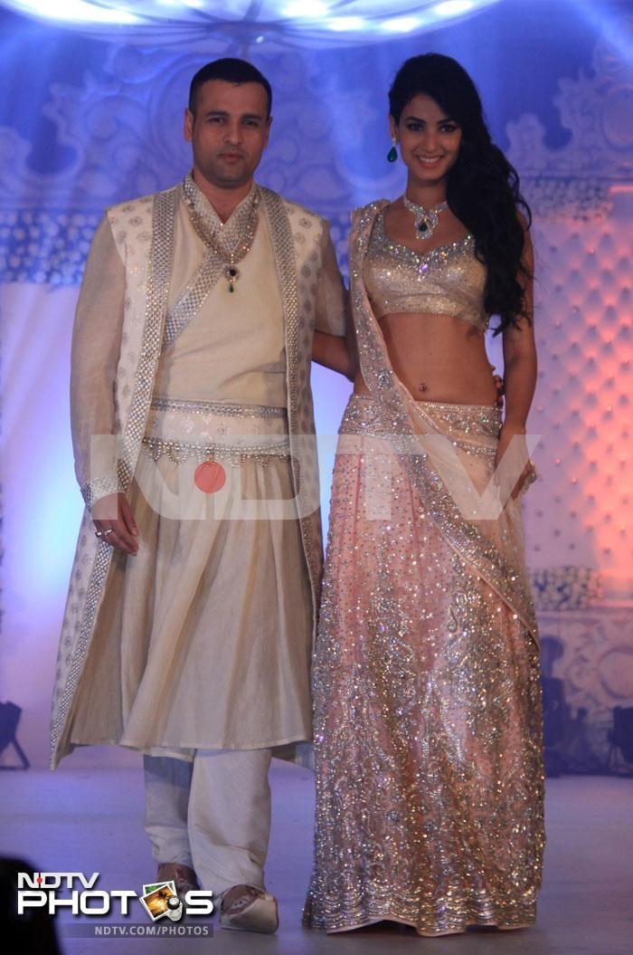 Sonal Chauhan in gorgeous peachy Neeta Lulla lehenga choli with diamonds & emerald necklace set at LFW 2013, with Rohit Roy