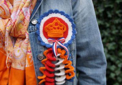 Kijk wat ik gevonden heb op Freubelweb.nl: een gratis haakpatroon van de Kreafabriek om deze koninklijke corsage te maken https://www.freubelweb.nl/freubel-zelf/zelf-maken-met-haakkatoen-corsage/
