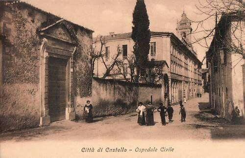 Ospedale e in primo piano il portone della Pinacoteca.