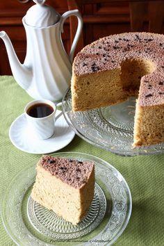 La chiffoncake al caffèè una torta morbidissima, quasi quanto una nuvola, l'aroma del caffè poi le da un sapore davvero speciale, tra tutte le torte soffici che ho provato, questa è sicuramente la più buona, e merita il primo posto tra le mie preferite. Dopo la chiffon cake al cioccolato, e…