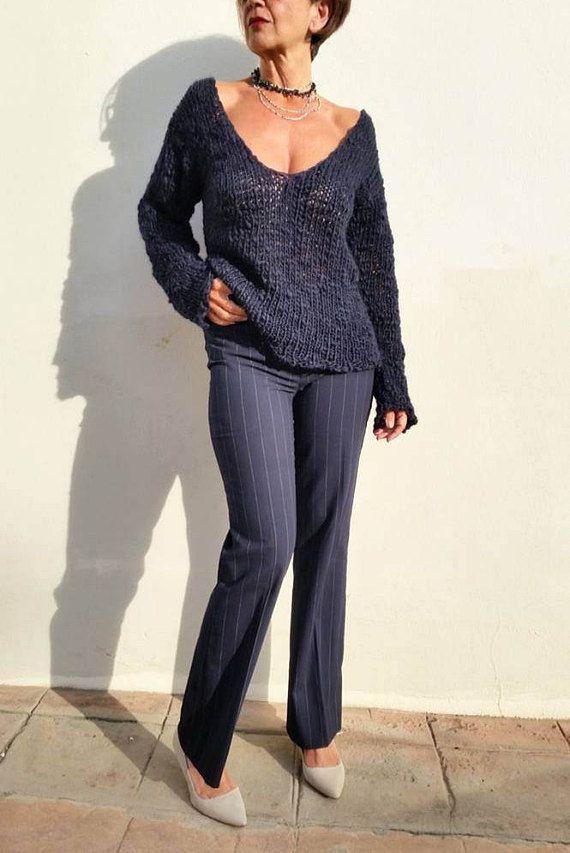 Jersey de lana, jersey azul marino, suéter de mujer El azul marino es un clásico que se renueva continuamente y cuando vi y toqué esta lana supe que sería la perfecta para un jersey, suave, cálido y ligero, ideal para usarlo en cualquier momento, perfecto para ir al trabajo o para un sábado con amigos. El gran escote de pico puede ser un poco atrevido pero queda ideal con un top lencero o una camisa. He usado un hilo mezcla de 20% alpaca superfina, 30% de lana 15% viscosa y acrílico, muy…
