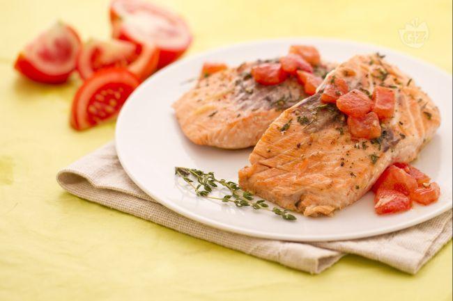 Il trancio di salmone con pomodori e timo e un secondo piatto di mare leggero e veloce. Sfumato con dell'ottima birra doppio malto e profumato al timo