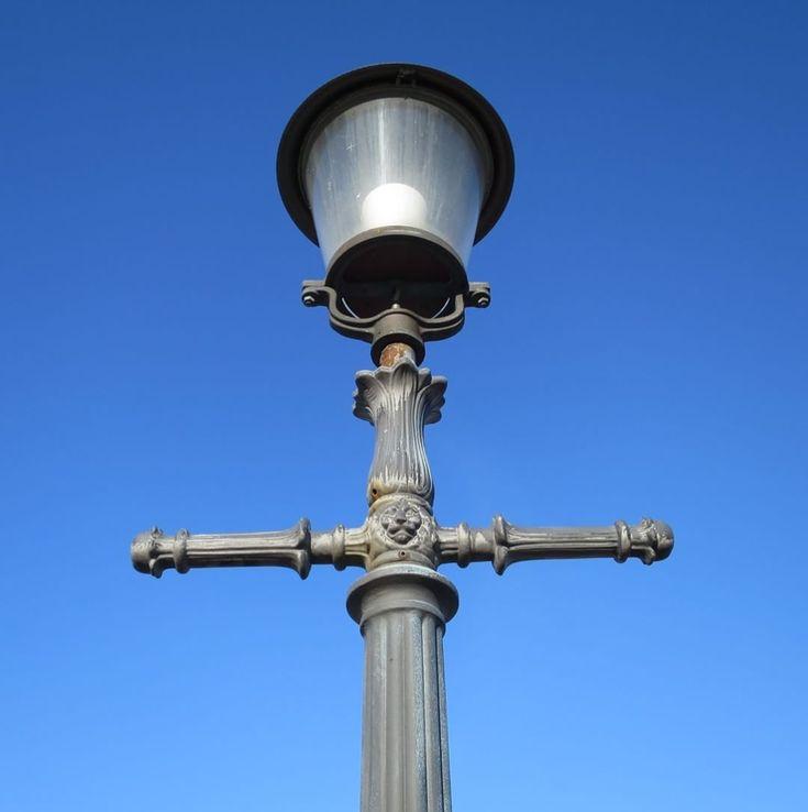 """Det är något sakralt över våra gamla gatlyktor. Speciellt när """"Göteborgsblått"""" får agera bakgrund..."""