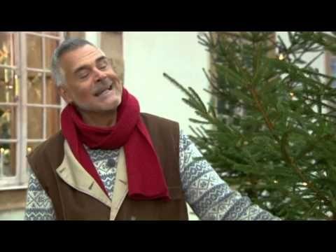 Ernst Kirchsteiger klär in ytterdörren med gran - Jul med Ernst (TV4) - YouTube