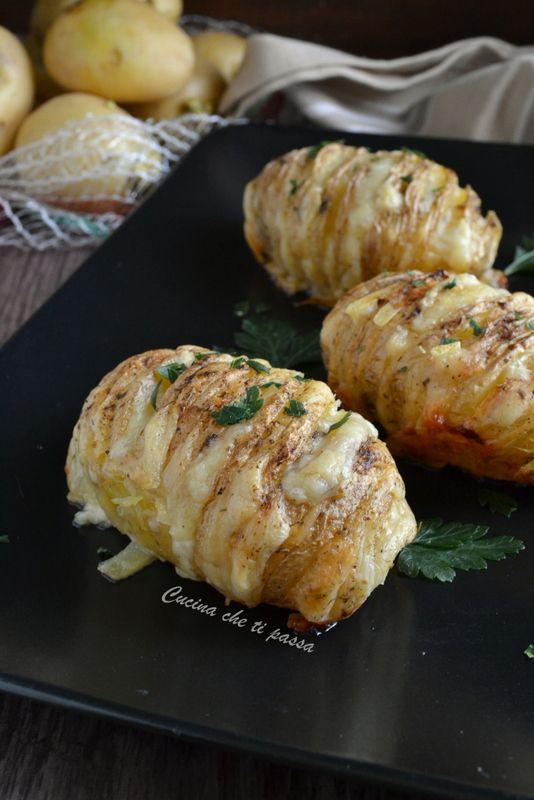 Patate ripiene al formaggio o patate Hasselback, un piatto gustoso ideale per le stagioni fredde. Filanti e croccanti, cosa chiedere di più?