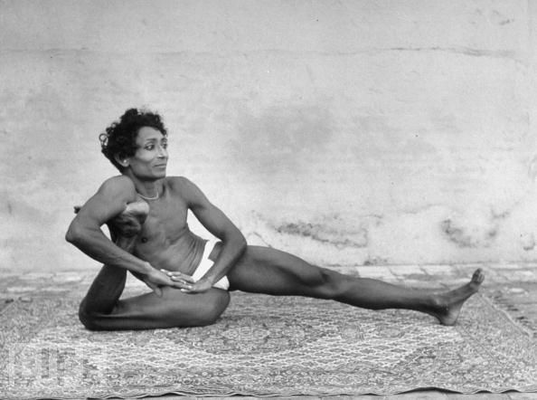Craziest Yoga Poses: Photographers Eliot Elisofon, Practice Yoga, Yoga Photographers, Photographereliot Elisofon, Men Practice, Hindu Men, 1949 Photographers, Life Magazine, Indian Women