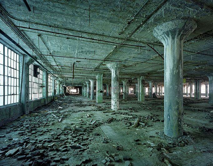 The ruins of Detroit - Yves Marchand e Romain Meffre - Lo stabilimento 21 dell'industria automobilistica Fisher body.