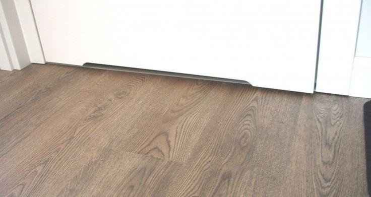 Kolor dąb kopalniany gwarantuje idealną harmonię ze stonowanymi barwami pomieszczenia. Naturalny wygląd paneli zapewniony jest dzięki dokładnemu odwzorowaniu usłojenia drewna.
