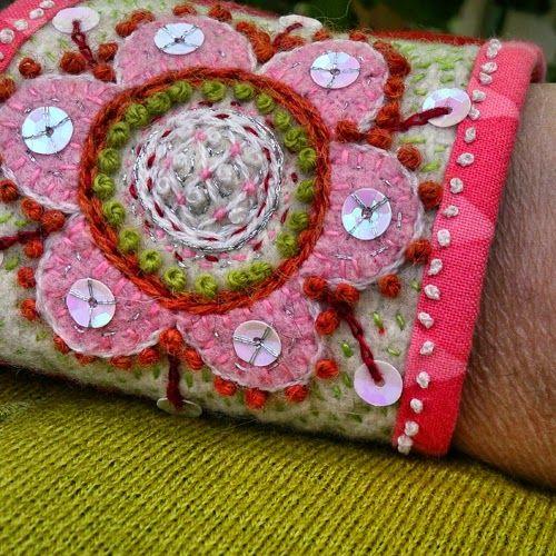 Till mammas 70-årsdag hade jag broderat ett armband till henne. Det är så otroligt roligt att brodera. Det är precis som att rita, det växer...