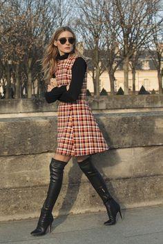 blusa de bola alta, com sobreposição de vestido xadrez e botas overknee. Amei este look invernal de Olivia Palermo!