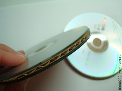 Предлагаю Вам сделать вот такие подставки из CD дисков. Многие делали тонкие подставки из одного диска, просто его декорируя, но я предлагаю сделать немного другие.....Для работы понадобятся ненужные диски, картон от любого короба, ножницы или канцелярский нож. Итак, приступим:Обводим диски карандашом и вырезаем круги ножницами, можно сразу обвести диск канцелярским ножом, тем самым вырез…