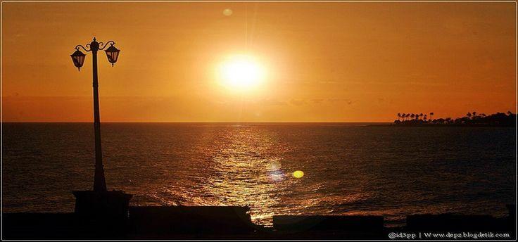 Di Pulau Lombok, ada begitu banyak spot keren untuk menikmati golden moment ketika sang surya tenggelam. Dan salah satu tempat favorit para wisatawan menghabiskan senja di Lombok adalah di Pantai Senggigi.