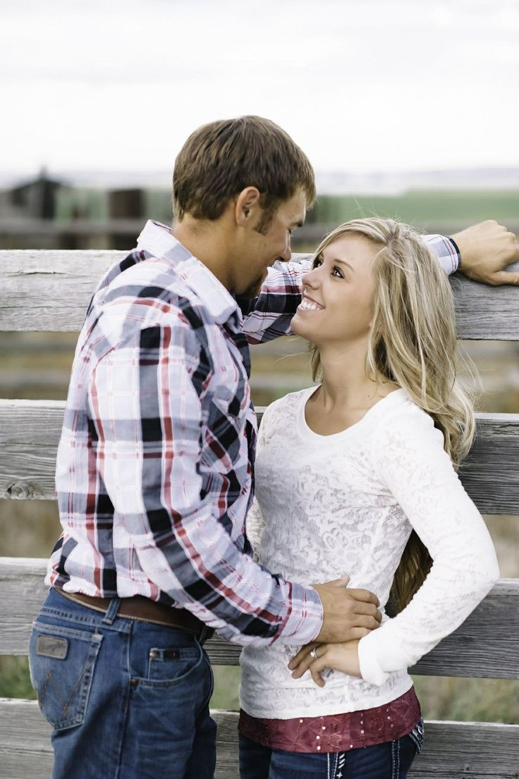 Cute country engagement photography  (is it just me or does that look like Jessa Duggar?!?!?)