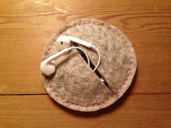 Husbestyrerinden: Etui til høretelefonerne