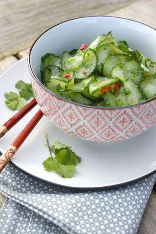 Friszure komkommersalade met koriander en citroen.