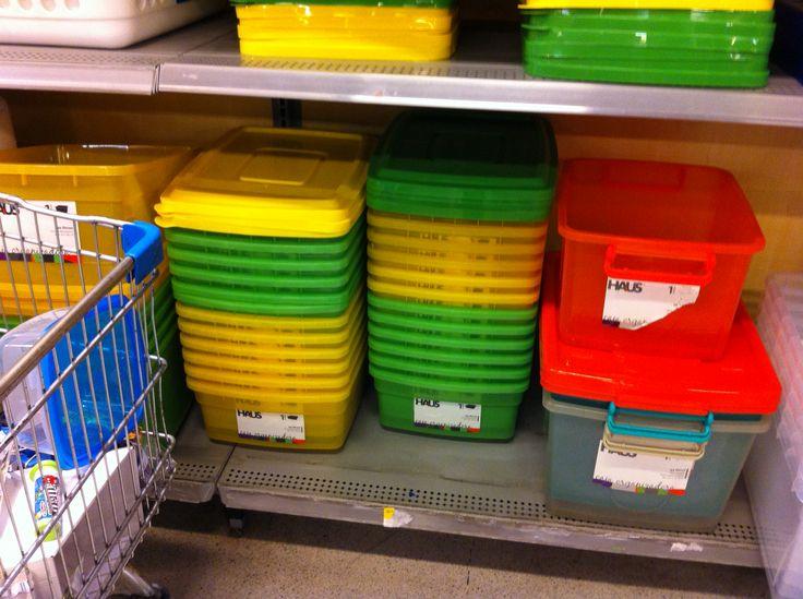 """Cajas de plástico para que preparen en la cuidad de destino su """"baño""""  la litter box."""