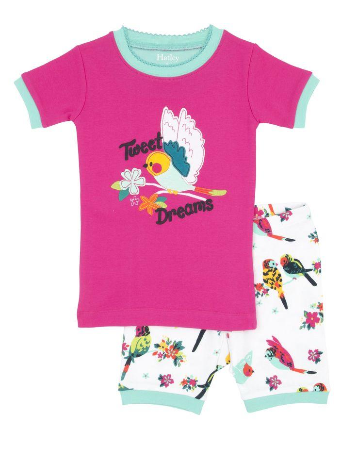 Meisjes pyjama Tropical Birds van het kinderkleding merk Hatley  Dit is een Roze meisjes kinderpyjama uit 2 delen. Roze pyjama tshirt met korte mouwen, met een grote vogel op een tak. met de tekst : Tweet dreams Witte korte pyjama broek met een all over print van vogeltjes.