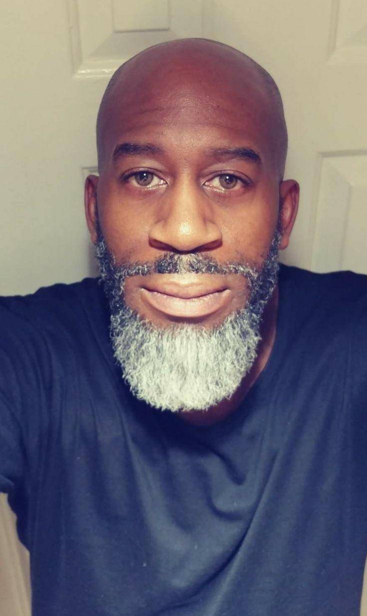 Чернокожий мужик с бородой