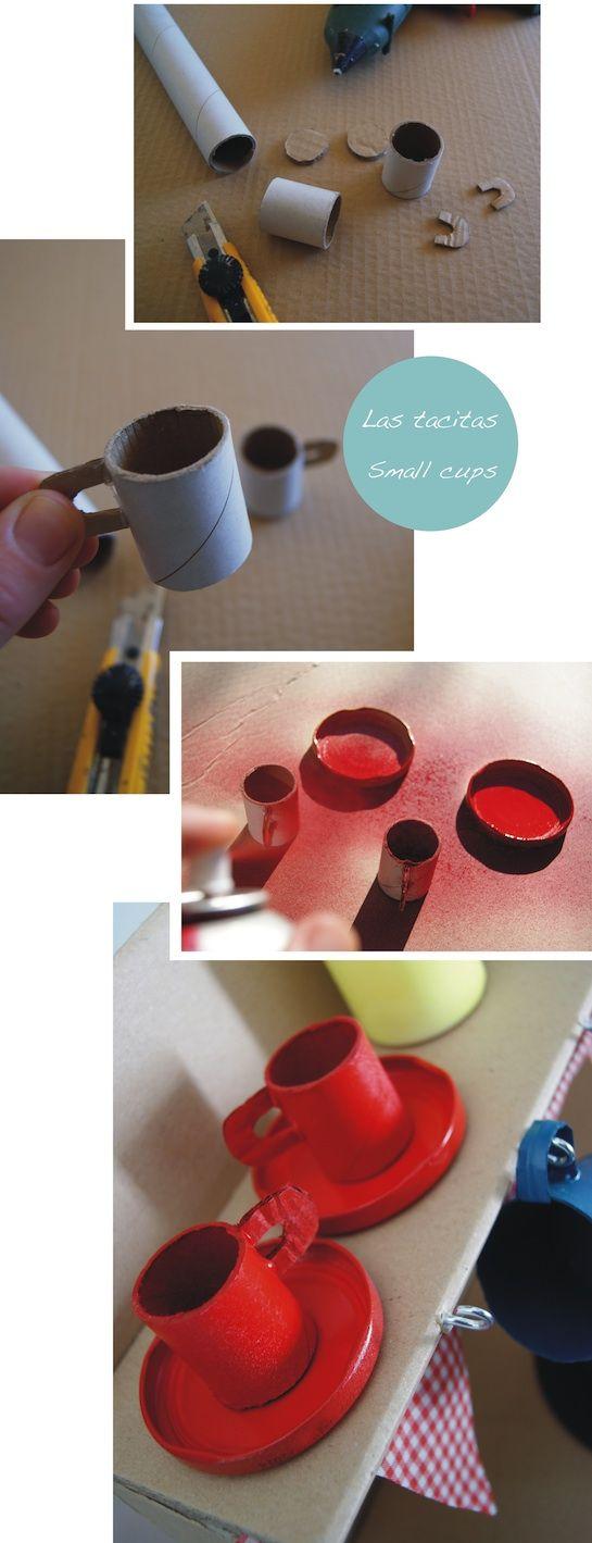 Tacitas de cocina de juguete hechas con materiales reciclados.
