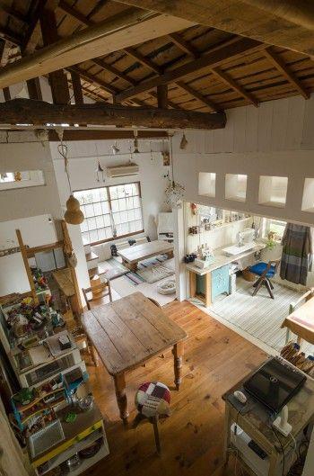 屋根裏から見下ろす。漆喰の壁と木の質感が素朴でナチュラル。