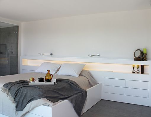 Dormitorio con cuarto de baño integrado: cabecero a medida