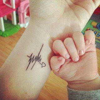 Tatouage mignon battements de coeur bébé