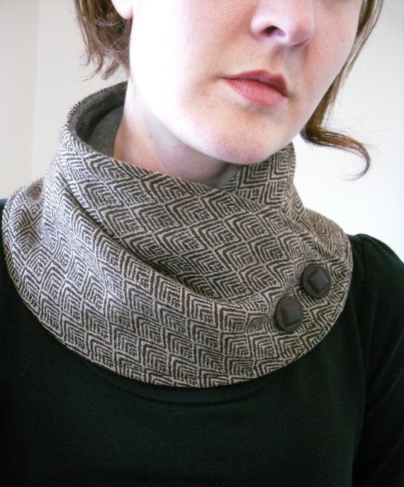 Único impresión marrón y crema cuello. Hecho de tela de mezcla de lana suave. Con el respaldo de lana gris. Adornado con botones marrón.  Sujeta al