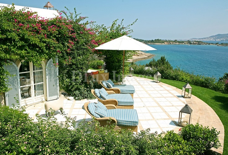 Just 2 hours from Athens is one of the summer centers of Argolida prefecture and probably one of the most popular resorts of the Peloponnesus region, Porto Heli. In Hinitsa though this sensational house is drawing all the attention.