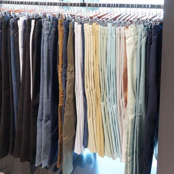 자연스러운 핏과 깔끔한 디자인이 돋보이는 다양한 색상의 면팬츠 @롯데백화점 조군샵