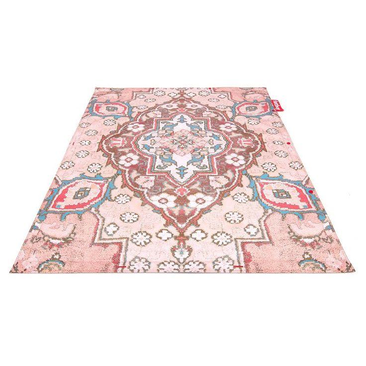 Mix en match! Met de Fatboy Non Flying Carpet kun je alle kanten op. De prints van de vloerkleden zijn trendy sfeerbepalers. Daarnaast kun je de tapijten met de rode buttons aan elkaar knopen. Maak waanzinnige creaties met de verschillende dessins.
