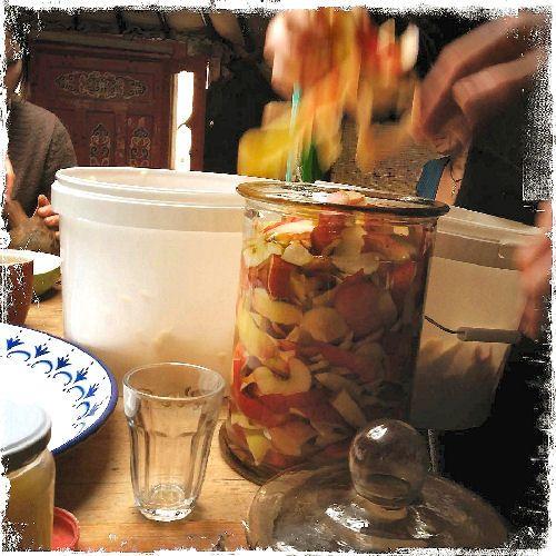 Appelazijnis eenecht wondermiddel, onmisbaar als gezonde smaakmakerin de keuken, maar ookals mooimakerin de badkamer. Appelazijn is helemaal niet duur, je koopt hetofwel kant-en-klaarin de winkelofwel maak jehet zelf. Mooimaker Haren Gebruik appelazijn als haarverzachter, verdund met 3 delen water is een goede verhouding. Maak je haar ermee nat en masseer zachtjes in. Spoel na 5 … Continued