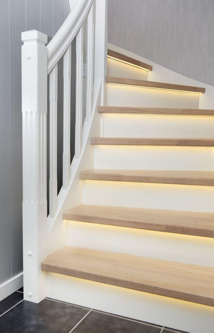 MELBY Norne //  Norne er en klassisk trapp med enkel profil på stolper og spiler. Her er den vist i hvitt, med trinn fargetilpasset gulv, og LEDlys frest inn under trinn.