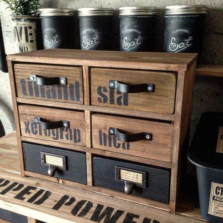壁に掛けて使っていた木箱4個だけど、使わなくなって放置してたので2個追加購入して引出しにしました。