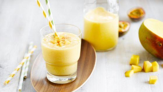 Čerstvé energizujúce smoothie s mangom