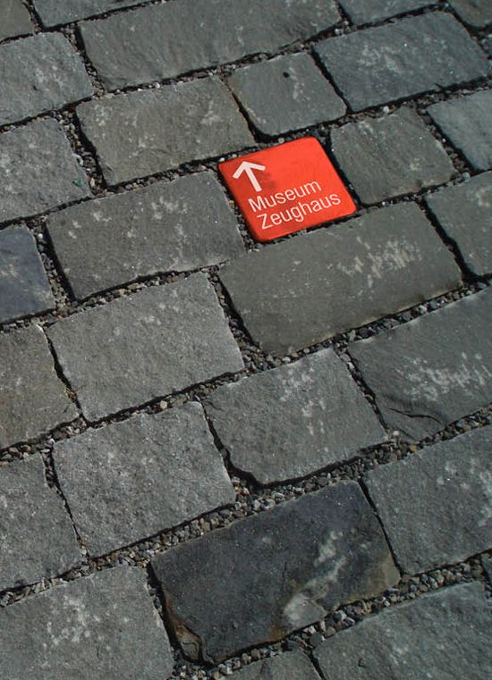 Breda als toeristische stad met richting aanduiding tussen de bestrating voor musea en andere bezienswaardigheden.